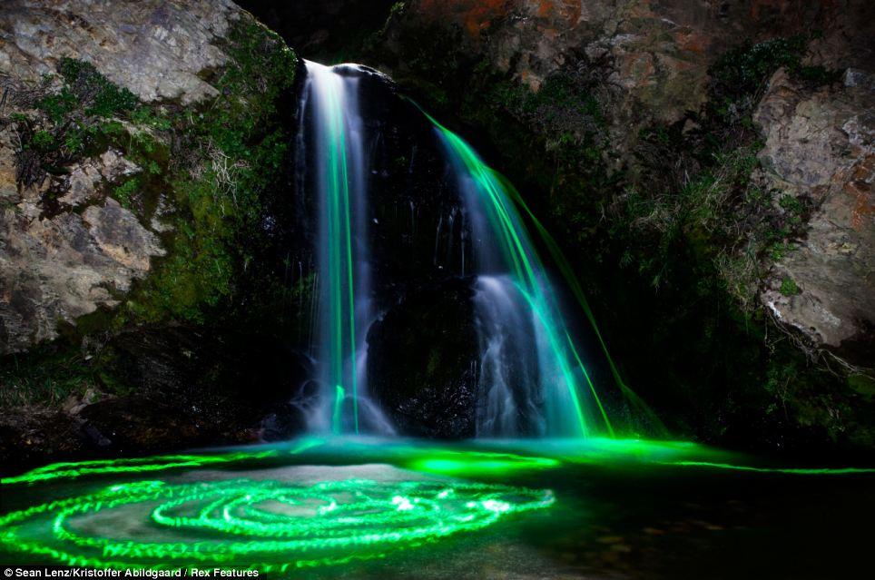 Arcobaleno si disegna sulla cascata. le immagini mozzafiato