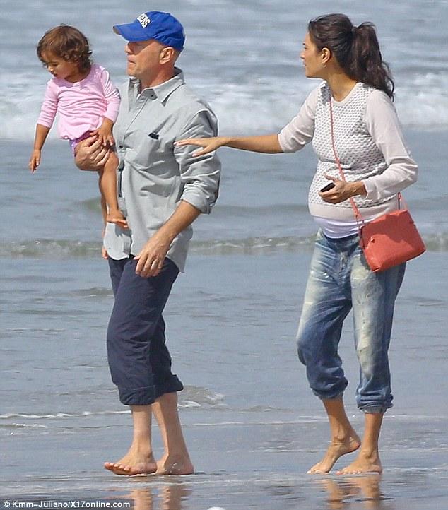 Matrimonio In Spiaggia Italia : Da macho a mammo bruce willis perfetto papà con moglie