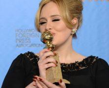 Adele fa la sua ricomparsa pubblica ai Golgen Globe per la prima volta dopo la maternità e dedica il premio alla suo bel bambino. Le foto