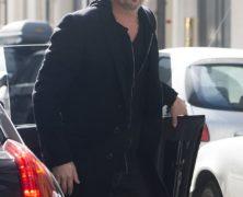Guarda le foto del magnifico Brad Pitt a spasso per le strade di Parigi