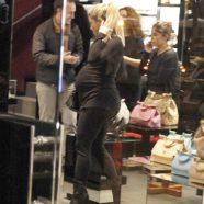 Lo shopping di Natale di Shakira col pancione. Guarda le foto