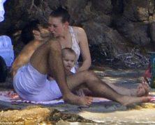 A Villa Certosa Eleonora Berlusconi e il modello Guy Binns si baciano innamoratissimi. Le immagini