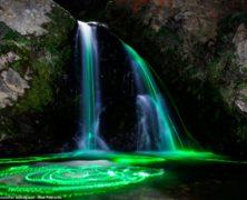 Come aurore boreali: l'arcobaleno si disegna sulla cascata. Le immagini mozzafiato